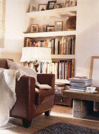 Angolo lettura con libreria in nicchia a parete