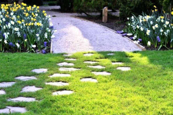 Vialetto in giardino con pietre irregolari come realizzarlo - Camminamento pietra giardino ...