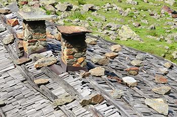 Particolare di un vecchio tetto in scandole lignee.
