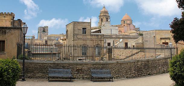 Veduta del borgo medievale di Erice in Sicilia, con le tipiche case dal tetto piano.