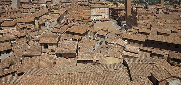 Panorama del centro storico di Siena con gli inconfondibili tetti con manto di copertura in cotto.