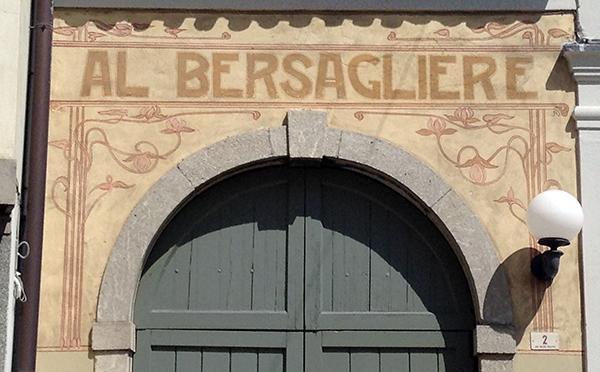 Insegna del locale Al Bersagliere di Cividale del Friuli, probabilmente un posto di ritrovo per i soldati della Prima Guerra Mondiale.