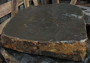 Un blocco di basalto. Dal catalogo dell'Azienda Romana Selciati s.r.l.
