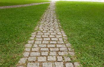 Un tipico vialetto da giardino in pietra.