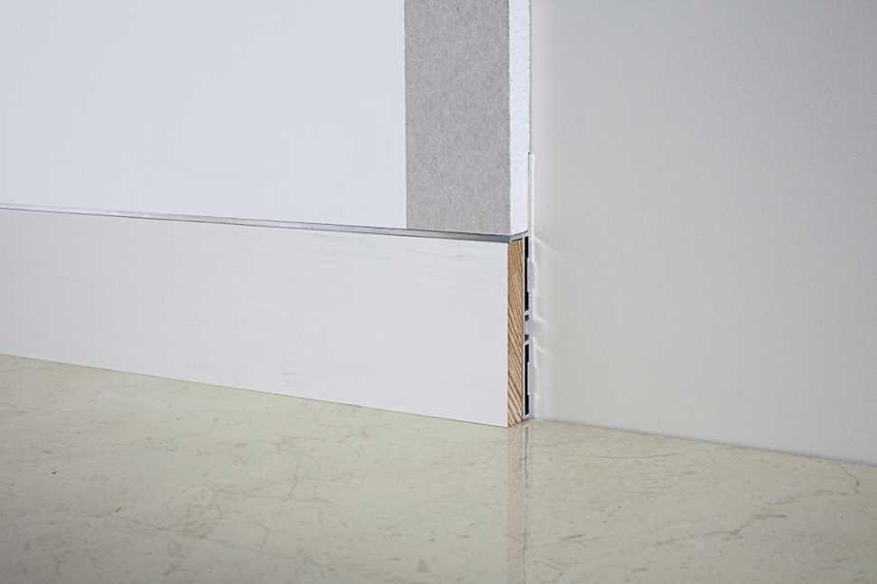 Il battiscopa ad incasso si compone di un profilo metallico e di un inserto, in questo caso in legno laccato bianco