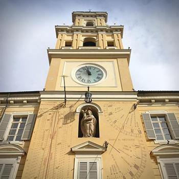 Gli orologi solari di Piazza Garibaldi a Parma: due quadranti e una meridiana propriamente detta.