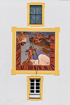 Orologio solare con il quadrante decorato con immagini allegoriche.