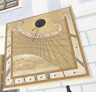Orologio solare con il quadrante a forma di fuso.