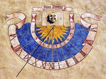 Orologio solare con quadrante semicircolare decorato.