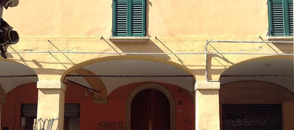 Portico con archi policentrici.