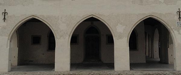 Portico con archi a sesto acuto.