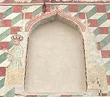 Finestra tamponata con arco fiammeggiante in stile veneziano.