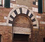 Un arco di epoca romanica: sono evidenti di conci di pietra di forma trapezoidale.