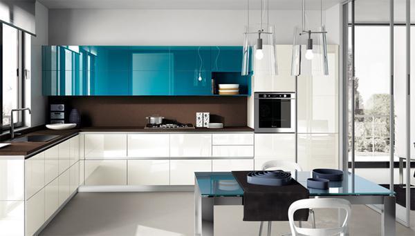 Cucina con parete vetrata