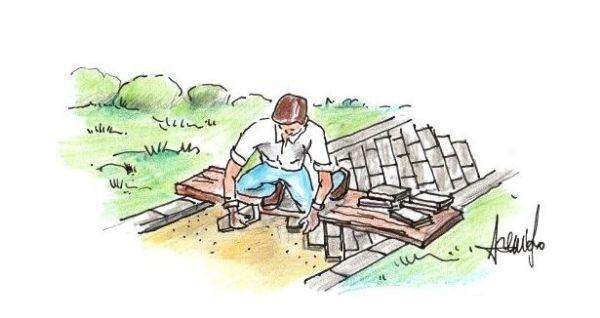Fase di posa mattoni per costruire un vialetto in giardino