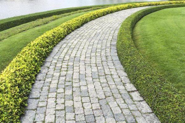Vialetto di mattoni in giardino