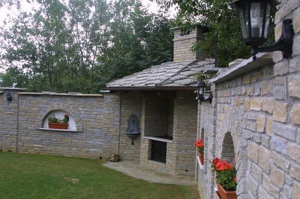 Pietra di Luserna: Piccato Mauro, barbecue con tetto in lose e muretto di recinzione