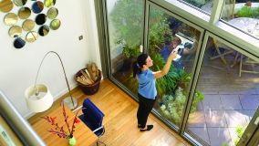 Pulire le finestre con il lavavetri