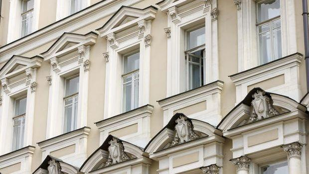 Decoro architettonico, balconi, canne fumarie, verande e finestre