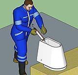La posa del sigillante sul bordo di base del sanitario