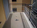 Balcone con pavimento in piastrelle prima dell'applicazione di resina