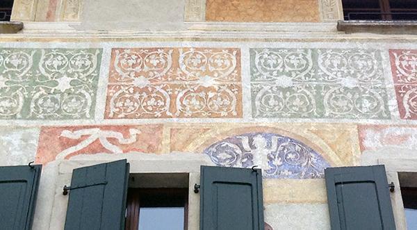 Casa di Spilimbergo con facciata decorata da motivi di ispirazione tessile (probabilmente XV secolo).