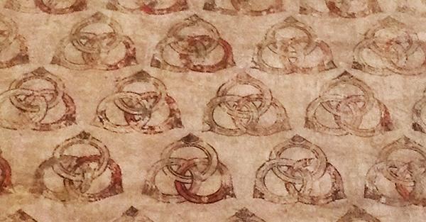 Finta tappezzeria quattrocentesca allusiva a una delle imprese araldiche degli Este (Castello di Vignola).