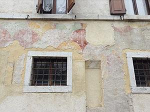 Intonaco decorato con ampio motivo a scaglie e gigli stilizzati (forse XIV secolo).