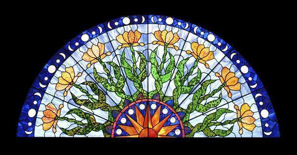 Vetrata in stile liberty con motivi floreali.