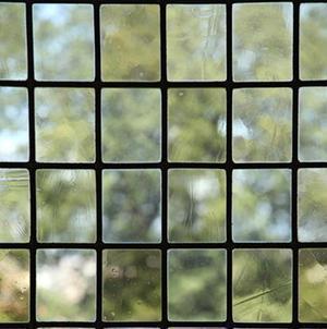 Semplice vetro piombato con lastrine ottenute per soffiatura.