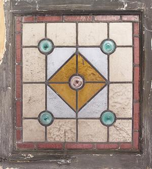 Semplice vetrata geometrica ottenuta accostando rulli e lastrine.