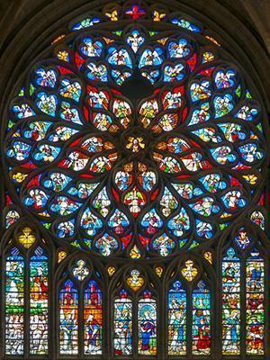 Rosone e polifore medievali con vetrate policrome.
