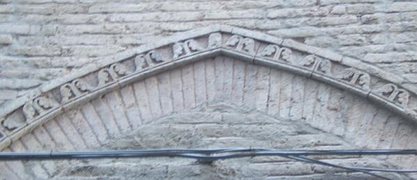 Arco medievale con ghiera decorata formata da pezzi speciali in cotto.