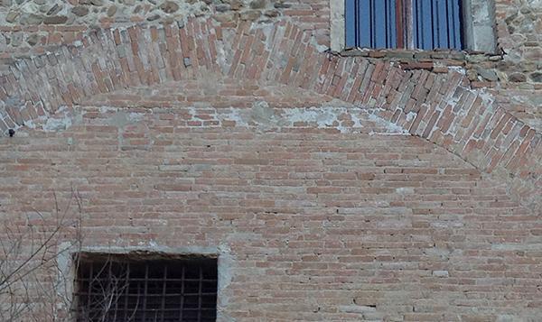 Muratura in mattoni originariamente intonacata.