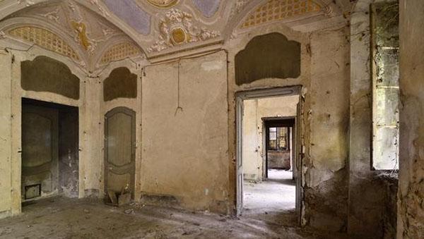 Una stanza con una volta decorata probabilmente a tempera.