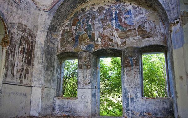 Decorazioni murali, probabilmente eseguite a tempera, con gravi danni da umidità.