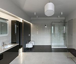 Uno spazioso bagno in stile contemporaneo.