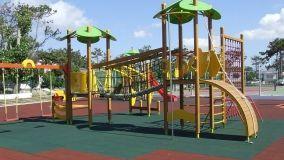 Il pavimento in gomma per le aree da gioco in giardino