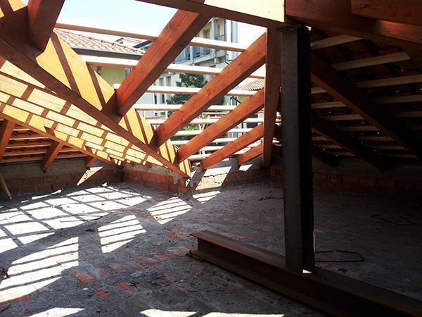 Rifacimento della struttura di un tetto in legno