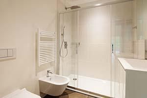 Bagno con parete doccia