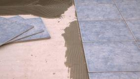 Quanto costa posare un pavimento in piastrelle?