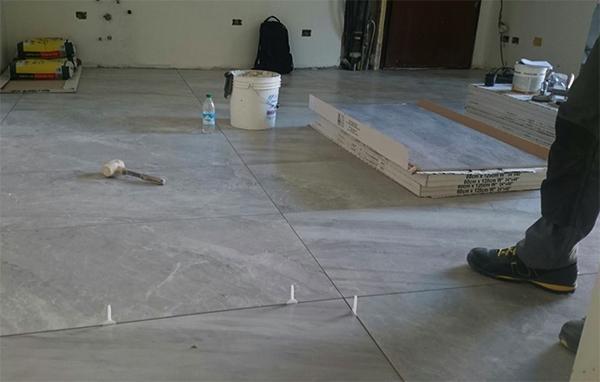 Pavimento in piastrelle i costi della posa in opera - Piastrelle gres porcellanato effetto marmo ...