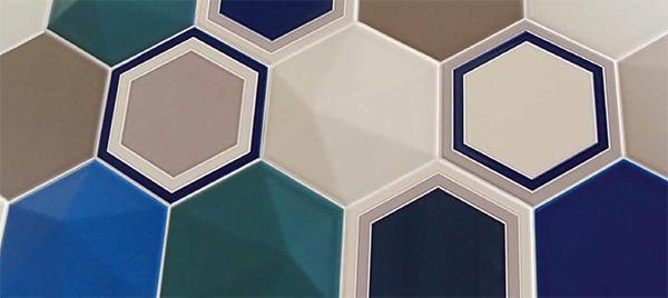 Piastrelle esagonali in tinta unita o con semplici decorazioni geometriche, dal catalogo dell'Azienda Proxima Tendenze Ceramiche.