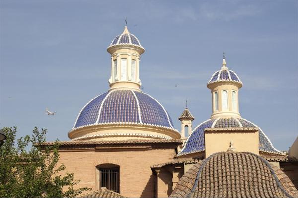 Cupole azzurre con bordi e displuvi sottolineati da tegole bianche, una realizzazione dell'Azienda Tejas Borja.