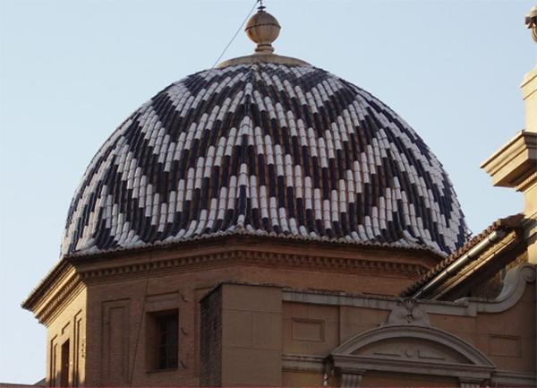 Cupola con motivi decorativi in coppi di due colori. Una realizzazione dell'Azienda Tejas Borja.