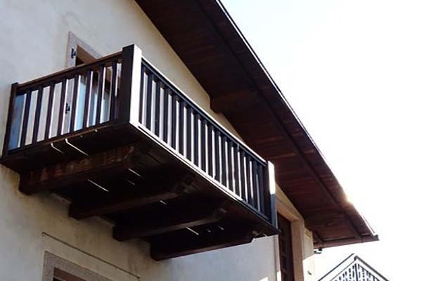 Balcone con mensole in legno