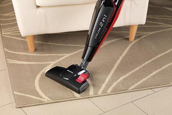 Scopa elettrica Ariete Evo 2in1 su tappeto