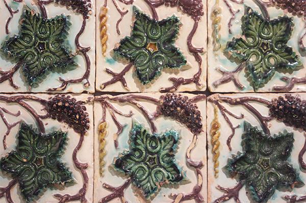 Metodi arcaici di decorazione delle piastrelle - La tecnica del rilievo - Arch. Luca Maioli