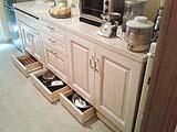 Consigli per fare ordine con mobili contenitivi - Cucina in stile provenzale con cassetti nello zoccolo di Creocasa