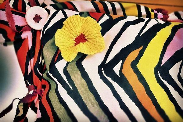 Cuscino fai da te con fiore decorativo